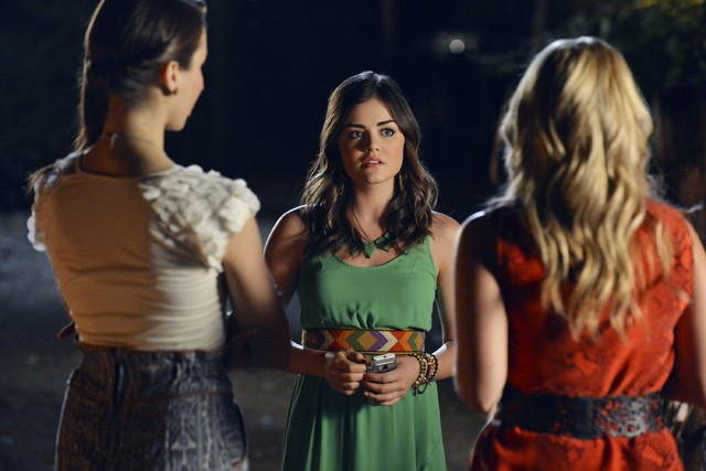 Pretty Little Liars: Vanessa Ray, Troian Bellisario e Lucy Hale in una scena dell'episodio The Kahn Game