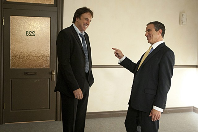 Weeds: Bruce Nozick e Kevin Nealon nell'episodio See Blue and Smell Cheese and Die
