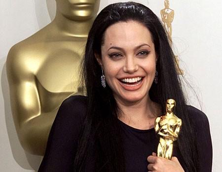Angelina Jolie vincitrice dell'Oscar per il suo ruolo in Ragazze Interrotte