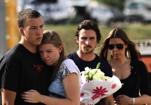 Aurora: Christian Bale fa visita al luogo dov'è avvenuta la sparatoria, un cinema dove si proiettava Il cavaliere oscuro - il ritorno