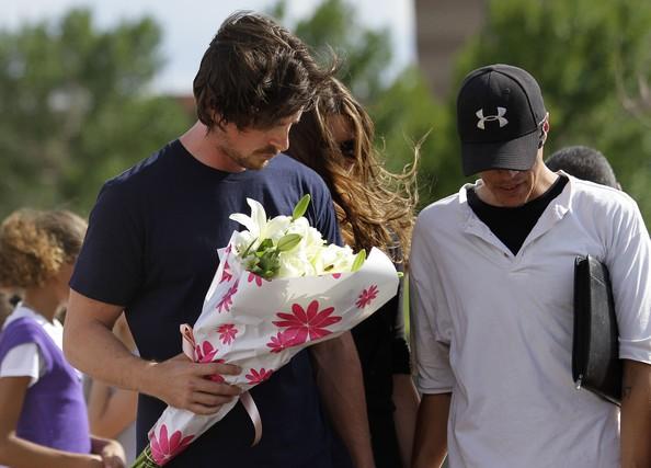 Aurora, Colorado: Christian Bale fa visita al luogo dov'è avvenuta la sparatoria, un cinema dove si proiettava Il cavaliere oscuro - il ritorno