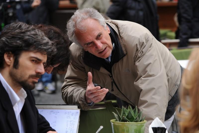 Cha Cha Cha: il regista Marco Risi con Luca Argentero sul set del film