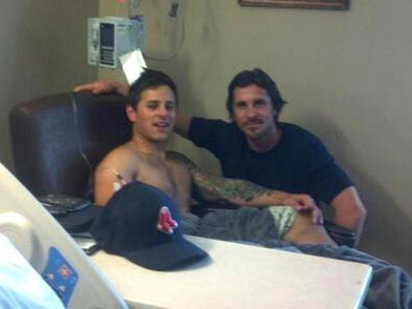 Christian Bale fa visita ad uno dei sopravvissuti alla strage di Aurora, nell'ospedale locale.