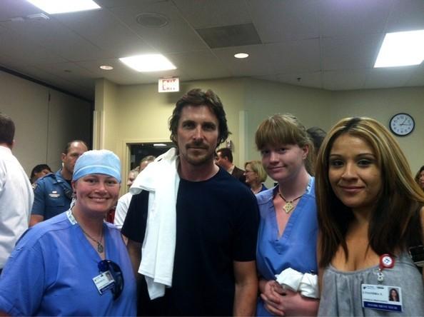 Christian Bale fa visita ai sopravvissuti alla strage di Aurora, nell'ospedale locale.