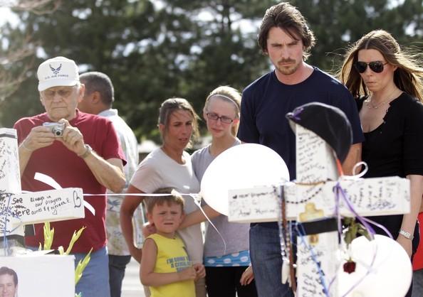 Christian Bale, insieme a sua moglie Sandra, fa visita ad Aurora, nel Colorado, dov'è avvenuta la sparatoria del 2012