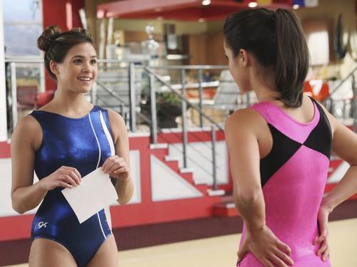Make it or Break it: Josie Loren e Nicole Gale Anderson nell'episodio It Takes Two