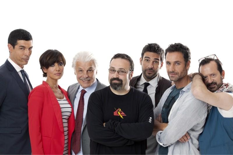 Viva l'Italia: il regista Massimiliano Bruno insieme al cast del film in una foto promozionale