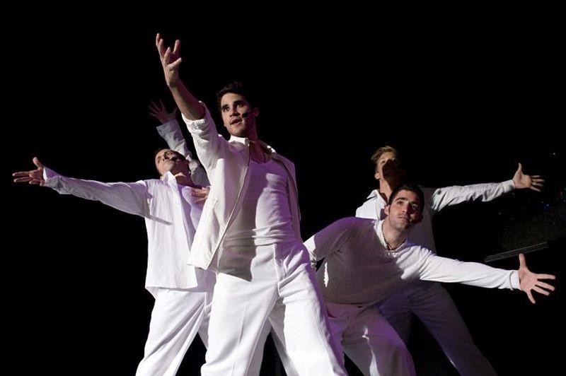 Darren Criss, circondato da ballerini, esegue una coreografia in una scena di  Imogene