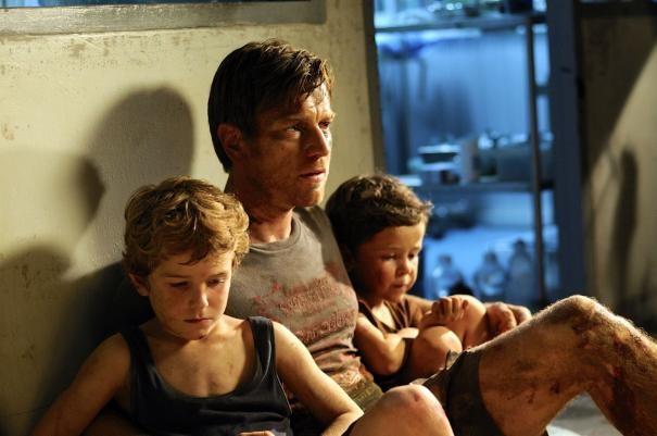 Ewan McGregor con i figli cinematografici Oaklee Pendergast e Samuel Joslin in The Impossible