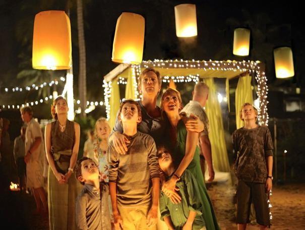 Ewan McGregor e Naomi Watts con i figli cinematografici Oaklee Pendergast, Tom Hollan e Samuel Joslin in The Impossible