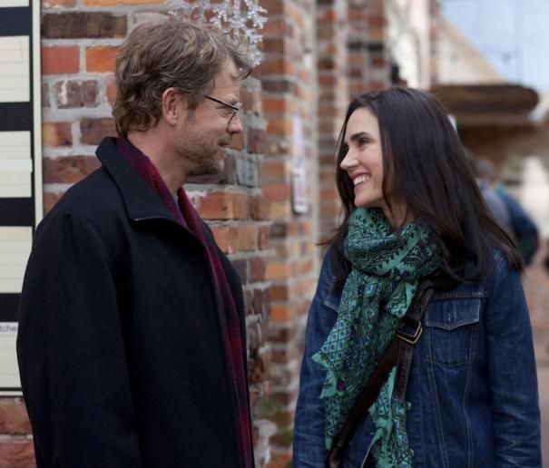 Greg Kinnear e Jennifer Connelly sorridenti in una scena di Writers