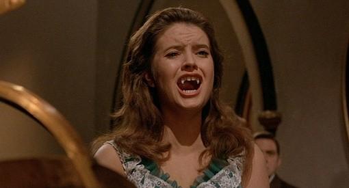 Isobel Black spaventata in una scena del film Il mistero del castello (1963)