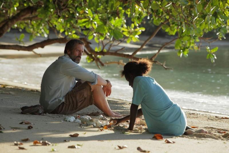 L'eccentrico insegnante Hugh Laurie sulla spiaggia con una delle sue studentesse in Mister Pip