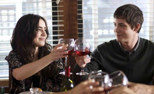 Logan Lerman e Lily Collins brindano in una scena di Writers