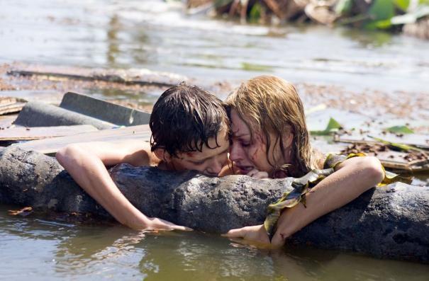 Naomi Watts e Tom Holland in una scena di The Impossible