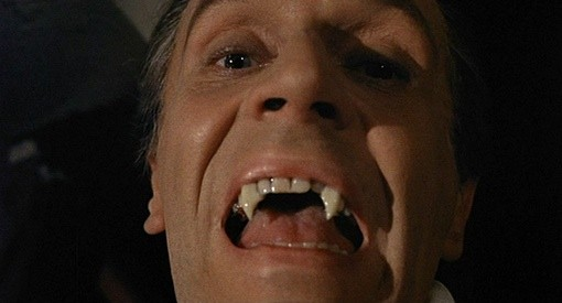 Primo piano di Noel Willman in una scena del film Il mistero del castello