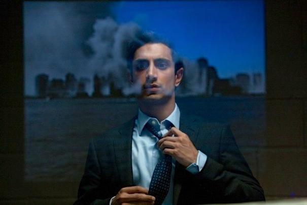 Riz Ahmed guarda fuori dalla finesta in The Reluctant Fundamentalist