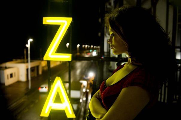 Sensuale e ombrosa, Gemma Arterton scruta l'oscurità in una scena di Byzantium