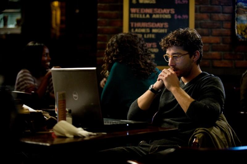 Shia LaBeouf riflette davanti lo schermo del suo computer in The Company You Keep