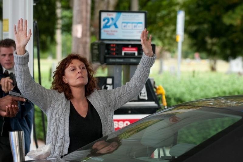 Susan Sarandon alza le mani in una scena di The Company You Keep