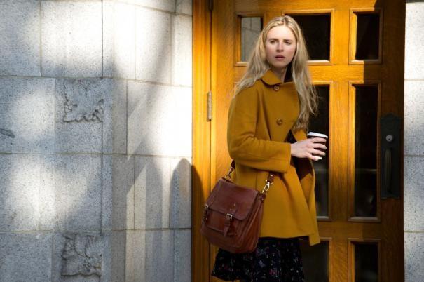 Un'immagine di Brit Marling fuori dalla porta di casa in The Company You Keep