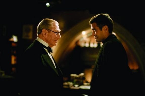 Batman & Robin: George Clooney e Michael Gough nei panni di Bruce Wayne ed Alfred