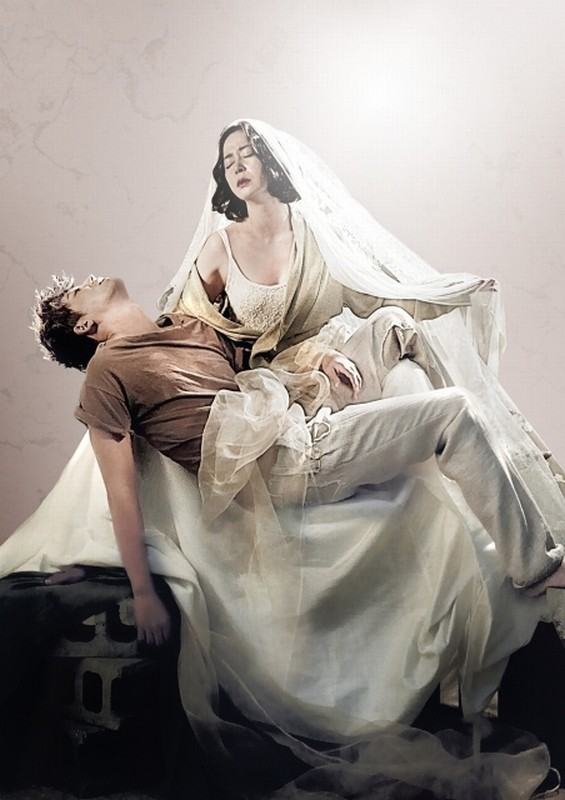 Pietà: Jo Min-su e Lee Jung-jin in un'evocativa scena del film