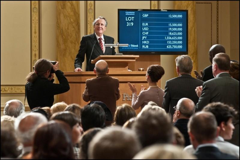 Geoffrey Rush in un'affollata scena de La migliore offerta di Giuseppe Tornatore