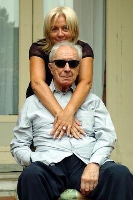 il regista Michelangelo Antonioni con sua moglie Enrica