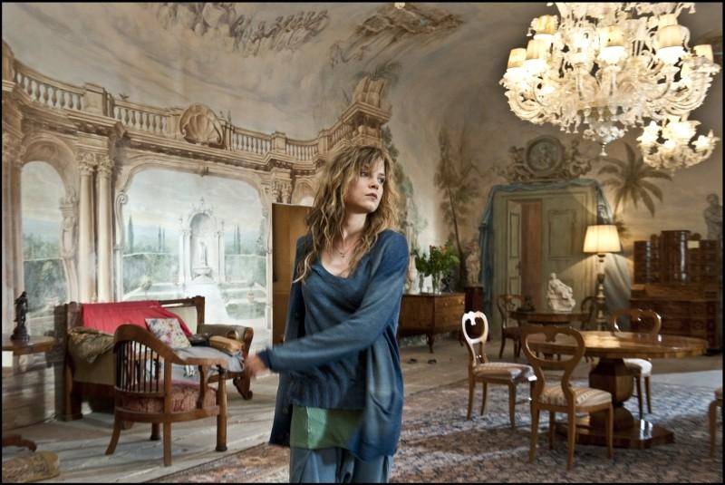 La migliore offerta: Sylvia Hoeks in una scena del film