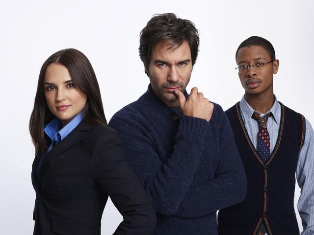 Perception: Rachael Leigh Cook, Eric McCormack ed Arjay Smith in una foto promozionale della serie