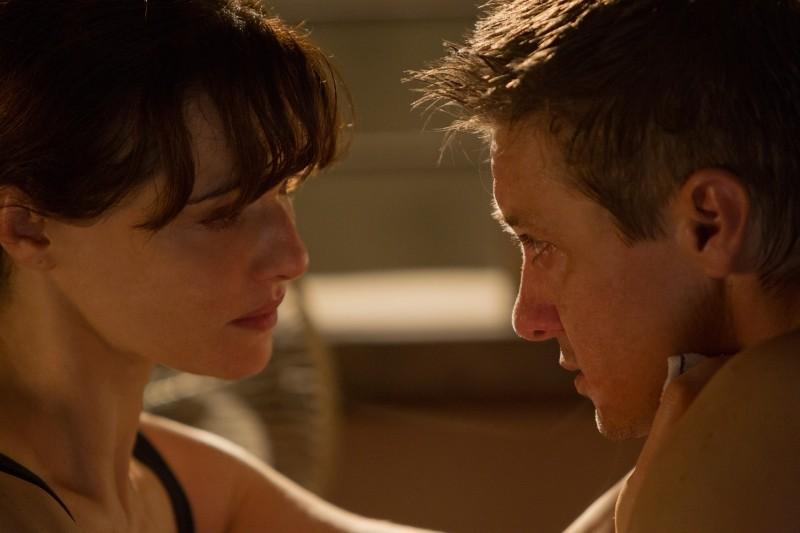 The Bourne Legacy: Jeremy Renner e Rachel Weisz in una tenera scena del film
