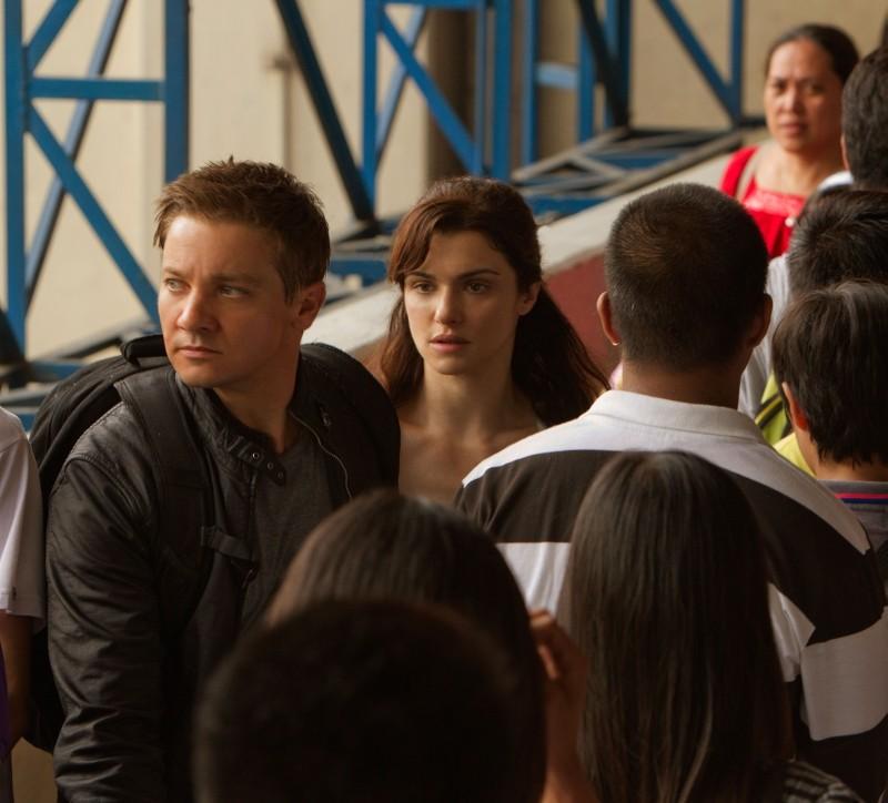 The Bourne Legacy: Jeremy Renner e Rachel Weisz tra la folla in una concitata scena del film