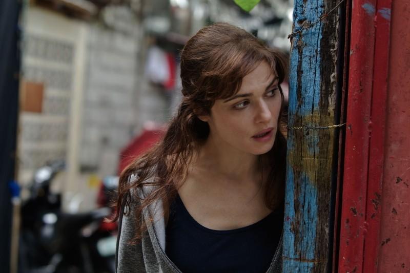 The Bourne Legacy: Rachel Weisz controlla la situazione in una scena del film