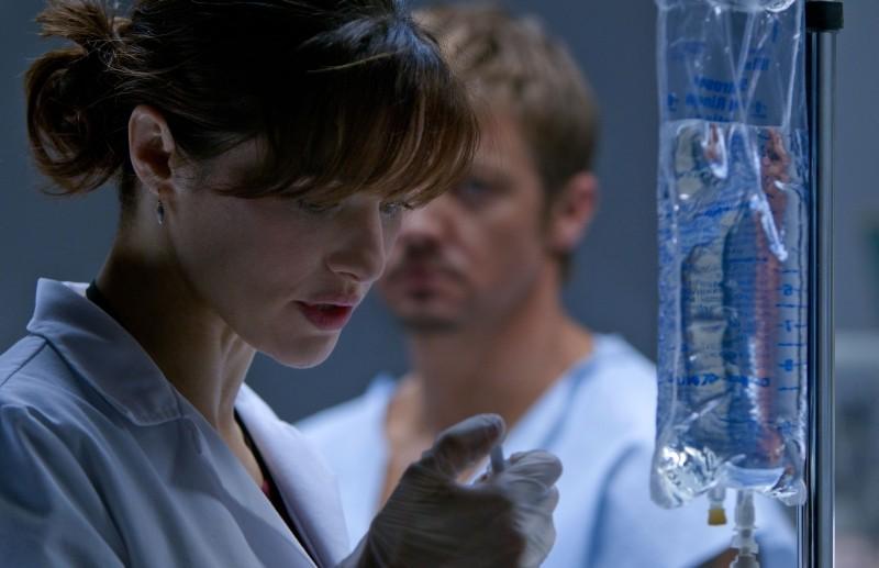 The Bourne Legacy: Rachel Weisz in una scena del film in laboratorio