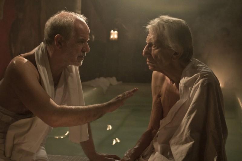 Toni Servillo insieme a Roberto Herlitzka in un'immagine di Bella addormentata