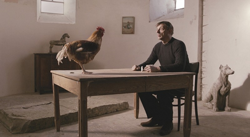 La cinquième saison: Sam Louwyck con una gallina in una scena del film