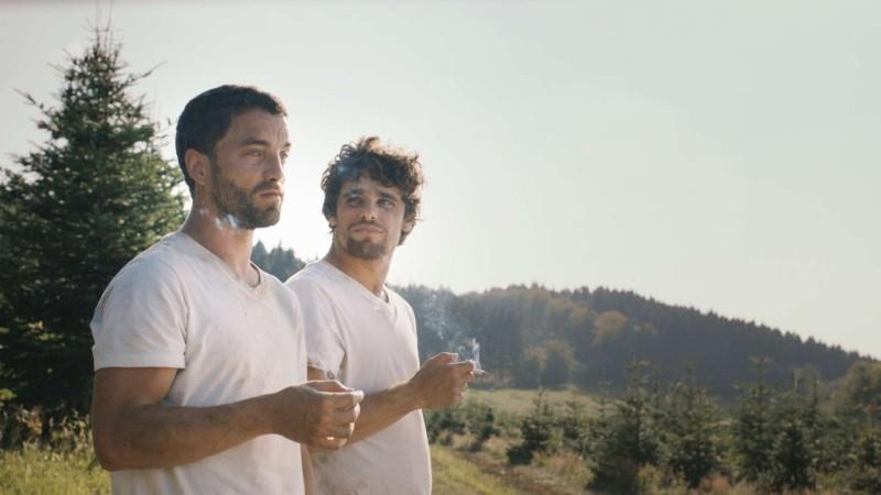 Mobile Home: Arthur Dupont e Guillaume Gouix in un momento di relax tratto dal film