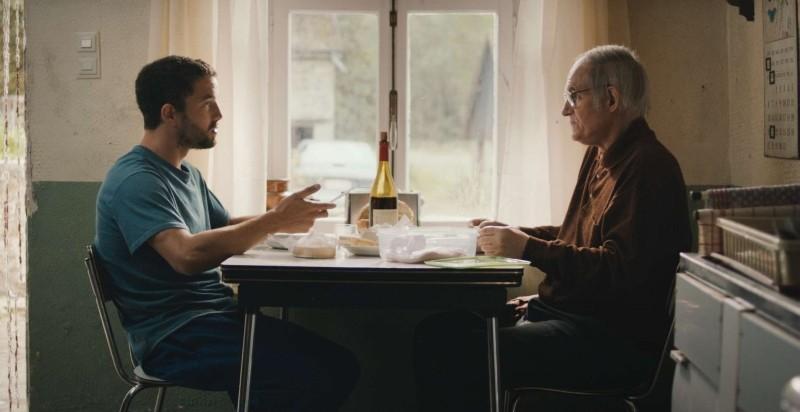 Mobile Home: Guillaume Gouix in una scena del film con Jean-Paul Bonnaire