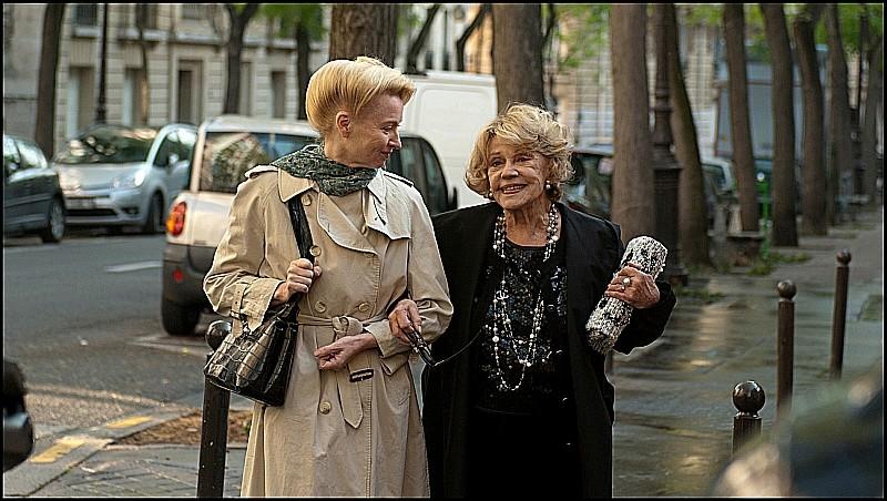 Une Estonienne à Paris: Laine Mägi in una scena del film a passeggio con Jeanne Moreau