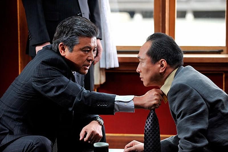 Outrage Beyond: Tomokazu Miura e Fumiyo Kohinata in una scena dell'action di Takeshi Kitano