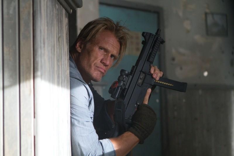 Dolph Lundgren è Gunnar Jensen in una scena de I mercenari 2