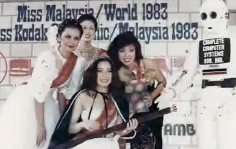 Michelle Yeoh (al centro) con la fascia di Miss Malesia (1983)