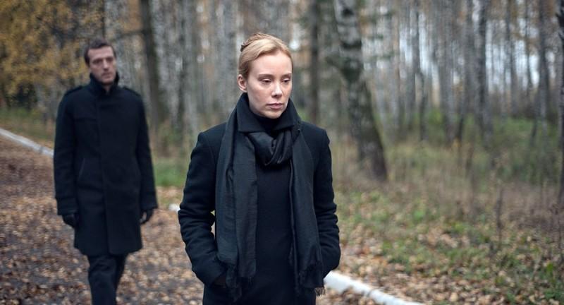 Betrayal: Franziska Petri e Dejan Lilic passeggiano nel bosco in una scena