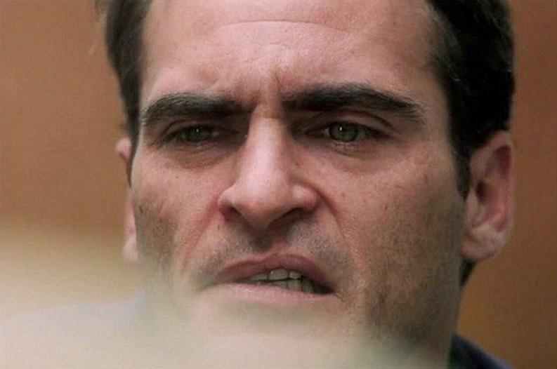 The Master: Joaquin Phoenix in un sofferente primo piano tratto dal film di Paul Thomas Anderson