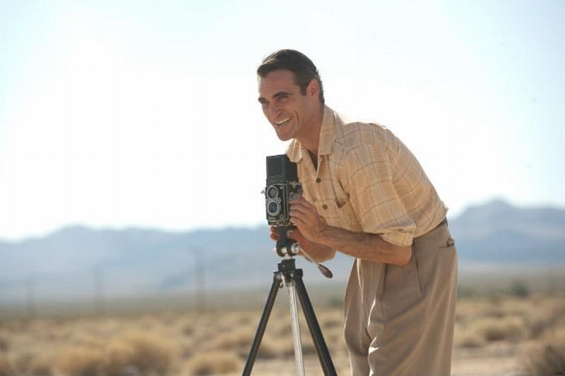 The Master: Joaquin Phoenix sorride mentre scatta una foto in un momento del film