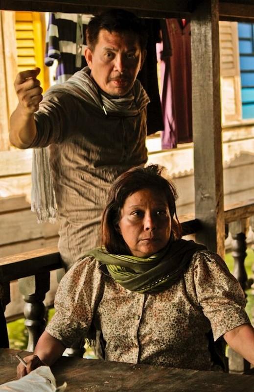 Thy Womb: il regista Brillante Mendoza con la protagonista Nora Aunor sul set del film