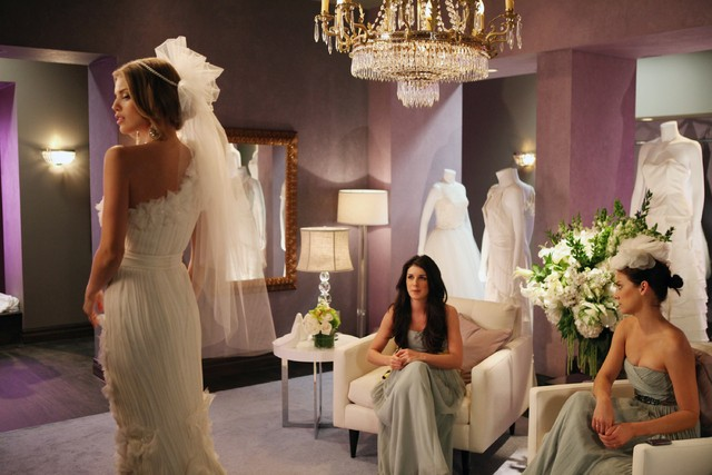 90210: AnnaLynne McCord, Shenae Grimes e Jessica Stroup in una scena dell'episodio Bride and Prejudice