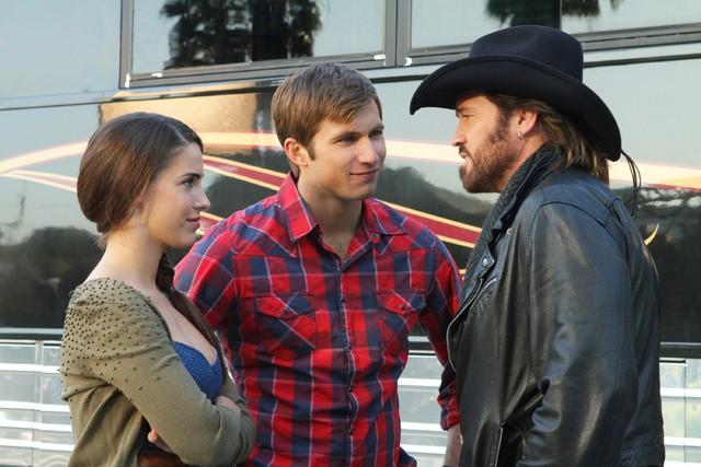 90210: Justin Deeley, Jessica Lowndes e Billy Ray Cyrus in una scena dell'episodio 'Tis Pity