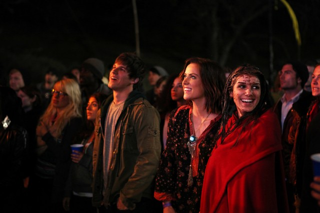 90210: Matt Lanter, Jessica Stroup e Shenae Grimes nell'episodio Blood is Thicker than Mud